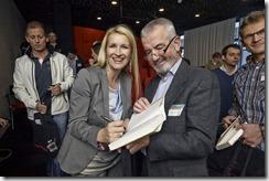 SharePoint 2013 Launch Day bei Microsoft, Claudia Stöckl signiert die Bücher der glücklichen Gewinner (HATAHET)