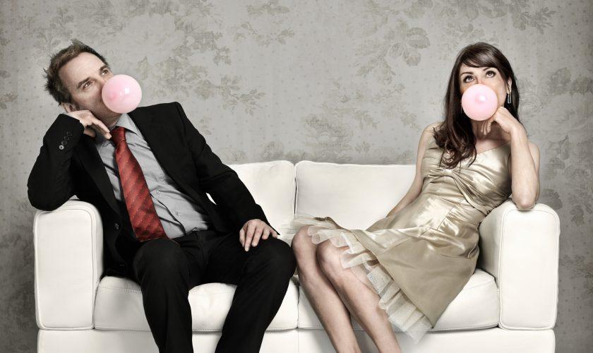 Beitragsbild Sofa herumhängen und Kaugummi Ballon