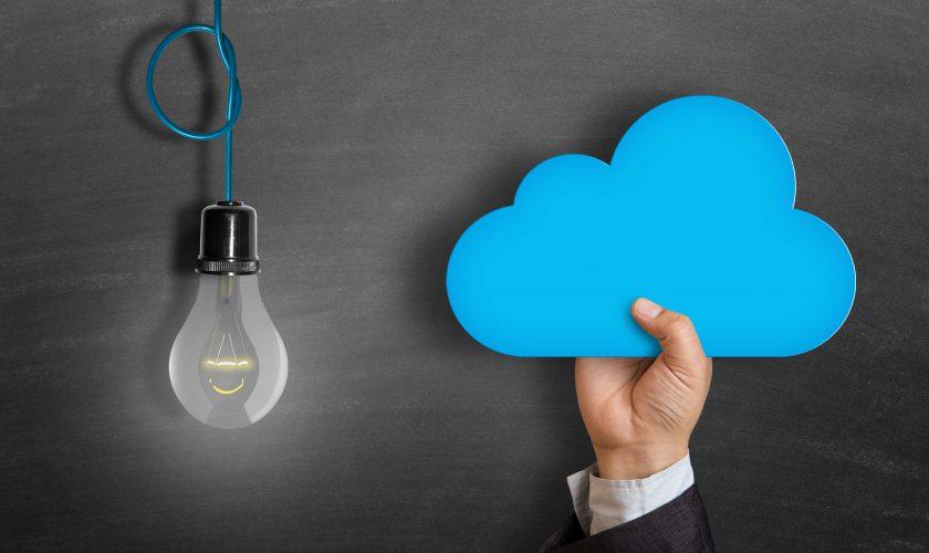 Beitragsbild Schultafel mit Glühbirne und Hand mit Wolke
