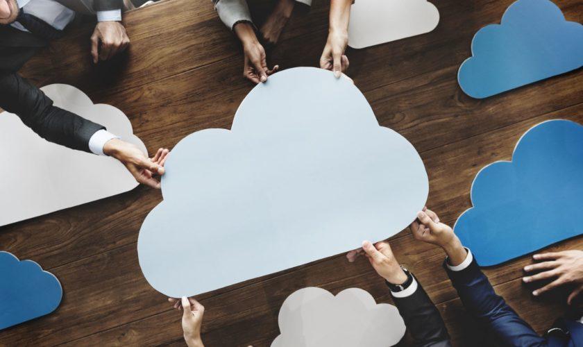 Gruppe von Menschen hält Wolke - Cloud Computing -Technologie - Zusammenarbeit - Brainstorming
