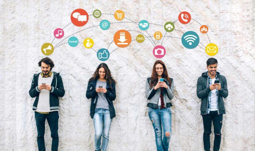 Vier Menschen kommunizieren über ihr Smartphone - Soziales Netzwerk - Internet - Kommunikation